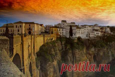 Удивительный город на скалах  Ронда — небольшой город, известный у туристов со всего мира. Он находится в Испании и входит в провинцию Малага. Город расположен на высоте в 723 м над уровнем моря и нависает над крутым каньоном Эль…
