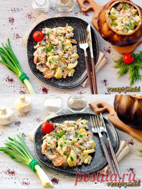 Курица с грибами в горшочке в духовке  ✅Ингредиенты  2 клубня картофеля;  1 куриное бедро;  1 лук;  200 г. шампиньонов;  1 морковь;  2 ст.л. сметаны;  200 мл. воды;  зелень для подачи;  2 ст.л. растительного масла;  соль, перец.