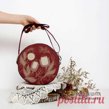 подарок девушке  коричневая сумка  сумка с декором  сумка круглая  сумка на каждый день  сумка женская маленькая сумка  текстильная сумка  сумка на длинной ручке  женские аксессуары небольшая сумочка  городской стиль  сумка в подарок  сумка для девушки сумка на плечо  городская мода  сумка из канваса  сумка таблетка