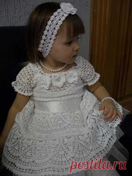 Платье для маленькой принцессы.  ПлатьеСнежинка крючком. Схемы. Изумительное платье связано из белых хлопчатобумажных ниток. Вот что говорит об этой работе автор:   Размер 2-3 годика в зависимости от роста и комплекции малышки. А в…