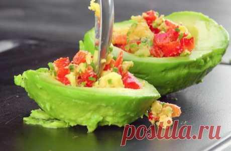 Авокадо с начинкой и мясной корочкой: простое и очень вкусное блюдо.