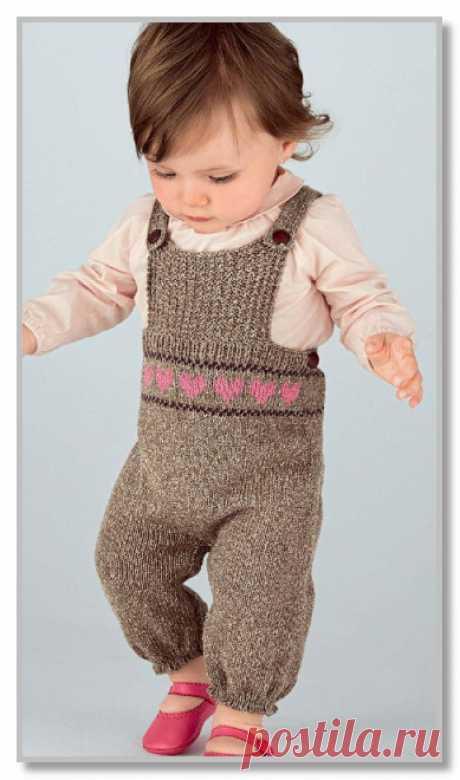 Вязание спицами детям. Полукомбинезон на бретелях, с жаккардовыми сердечками. Размеры: на 1 [3:6:12] месяцев