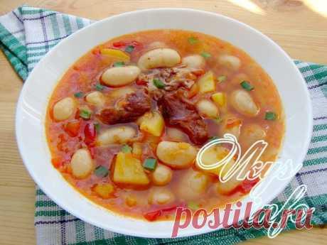 Фасолевый суп с копченостями Практически нет в мире страны которая не могла бы предложить свой рецепт фасолевого супа, поэтому этот вид первого блюда существует в разных интерпретациях, так сказать на любой вкус. Фасолевый суп не…