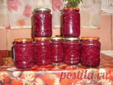 """""""Борщевая заправка"""" 3 кг. свеклы на терке 3 кг. капусты нарезать 1 кг. лука нарезать 1 кг. моркови на терке 1,5 кг. красных помидор нарезать Нарезанные овощи засыпать 1/2 стакана соли, о,5 кг. сахара и залить 300 г. масла, дать настояться сутки. Затем все кипятить 20 мин. затем добавить 3/4 стакана уксуса и кипятить еще 10 мин. Разлить все по стерилизованным банкам, закатать и поставить в тепло до полного остывания. Зимой просто варите бульончик, заправляете картошечкой, немного провариваете и"""