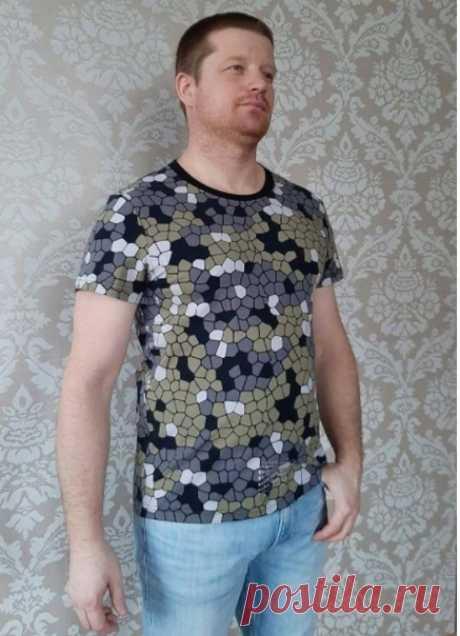 Выкройка мужской футболки размеры 44-60 Россия От автора: Футболка из кулирки с лайкрой прилегающего силуэта. На модели 52 размер. Выкройка дана с припусками на швы: стачные 7 мм, подгибка низа 20 мм.