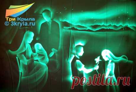 """Световое шоу, когда наши художники рисуют светом в темноте называются Световые картины. Этот шоу-проект мы предлагаем для мероприятий самой разной направленности. Световые картины на день рождения, световые картины на новый год, световые картины на корпоратив, световые картины на свадьбу. Закажите шоу Световых картин в студии """"3 крыла"""" и получите подарок."""