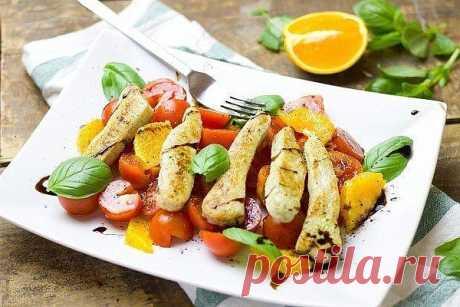 Cалат из курицы с апельсинами Ингредиенты  куриное филе 1 шт.  оливковое масло по вкусу  соль, перец по вкусу  лимонный сок 1 ч.л.  апельсин 1 шт.  помидоры черри 100 г  бальзамический уксус по вкусу  зеленый базилик несколько веточек