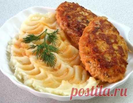 Мой фирменный рецепт ленивых куриных голубцов – очень вкусно! Ингредиенты: куриное филе — 800 грамм капуста — 300 грамм лук — 2 штука морковь — 1 штука геркулес — 2/3 стакана яйцо — 1 штука соль, перец зелень масло для жарки томатная паста — 1 ст.л. сметана — 2-3 ст.л. Приготовление: Нашинковать мелко капусту и обдать кипятком. Куриное филе, лук и морковь пропустить через […]