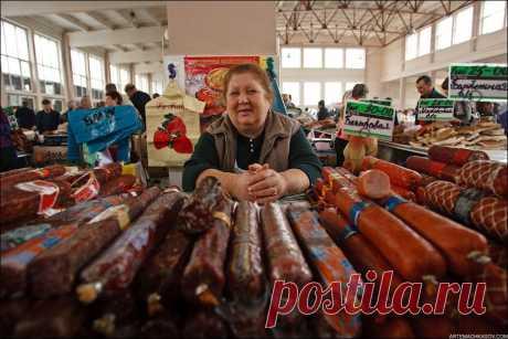 На одесском рынке: - Скажите, чем вы кормили свою курицу? - А зачем это вам? - Я тоже хотела бы так похудеть.