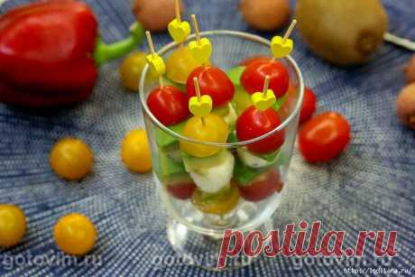 Закуска на шпажках из моцареллы с авокадо и помидорами