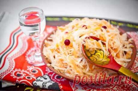 Квашеная капуста «Прабабулин рецепт»: такой хрустящей нигде не найдешь. Самая лучшая, точно говорю  ИНГРЕДИЕНТЫ  3 кг капусты белокочанной 1 большая морковь 2–3 зеленых яблока 3 ст. л. соли   Квашеная капуста «Прабабулин рецепт»: пошаговый рецепт  Подготовленную капусту нашинкуй соломкой,яблокии…