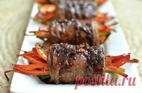 Роллы из говядины с овощами  Ингредиенты:  - 8-10 тонких нарезанных кусочков филе говядины - Соль и перец (по вкусу) - 3 столовые ложки соуса Вустершир - 1 столовая ложка оливкового масла - любимые специи для мяса  Для начинки: - 1 морковь - 1 сладкий перец - 1/2 кабачка (в зависимости от размера) - 5-6 перьев зеленого лука - 2 зубчика чеснока - 1 чайная ложка итальянской приправы  Для бальзамической глазури: - 2 чайные ложки сливочного масла - 2 столовые ложки мелко нарез...