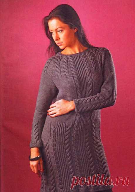 Платье приталенное на кокетке из кос вязанное спицами