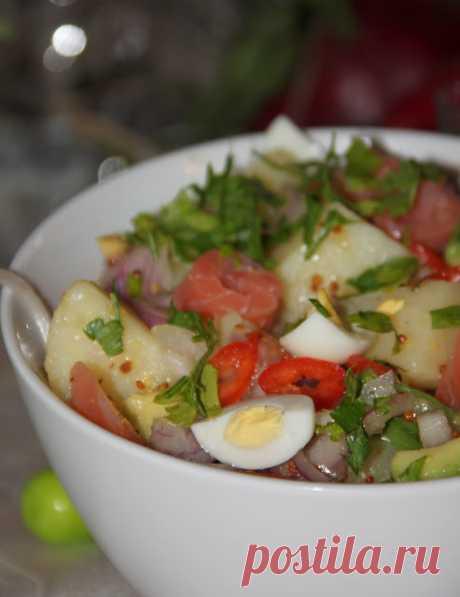 Картофельный салат с лососем и авокадо