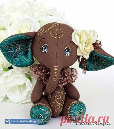 Мягкая игрушка в виде слоника Мягкая игрушка в виде слоникаМягкая игрушка в виде слоника прелестна до самого кончика хобота.Стоит научить детей шить такую красоту.