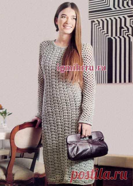 El vestido elegante largo de color gris. La labor de punto por el gancho