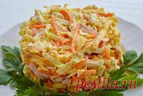 Куриный салат с сыром, морковью и чесночным соусом