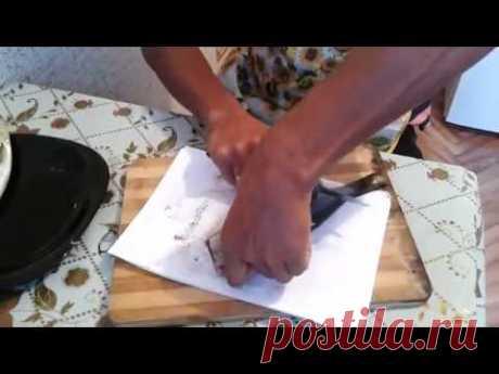 Как почистить селедку быстро и без костей - YouTube