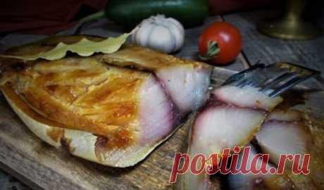 Балык из скумбрии Можно взять скумбрию или ей подобную рыбку. Итак--почистить рыбку и разрезать на 2 филе,хорошо промыть и хорошо обсушить бумажными салфетками. Приготовить посолочную смесь:2 ст.л. соли,1 ст.л. сахара,1 ч.л. сухой горчицы и немного чёрного молотого перчика--этого хватит на 1 кг рыбки. Обсыпать рыбу посолочной смесью,сложить в контейнер и отправить в холодильник на сутки. Затем промыть и снова очень хорошо обсушить,положить на лоток (без крышки) мясом вверх и поставить в хол