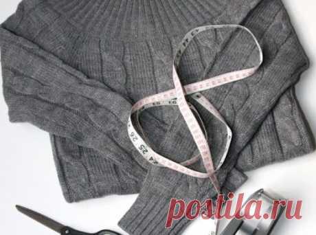 Суперидея для барышень с фантазией: пара надрезов на старом свитере — неповторимый наряд готов!  Она взяла свитер и переделала в отличную вещь, о которой мечтает каждая женщина Как переделать свитер Простейший способ освежить свитер — пришить вставку из тонкой ткани. Превосходная имитация блузки…
