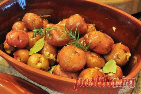 Картошка в горшочках  Глиняные горшочки редко встречаются на современных кухнях, и совершенно зря! Эти кухонные помощники позволяют приготовить вкуснейший ужин, не прилагая особых усилий. При этом блюдо получается не только вкусным, но и полезным. Картофель в горшочках украсит постный стол и подойдет для вегетарианского меню.  Ингредиенты:  Картофель красный: 1 Килограмм, Соль : 1 Чайная ложка, Лавровый лист: 3-4 Штук, Чеснок: 2-3 Зубчиков, Чеснок: 2-3 Зубчиков, Розмарин: ...