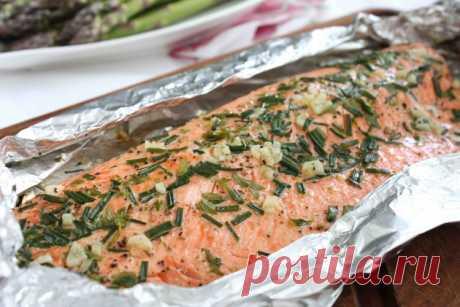 Горбуша, целиком запеченная в духовке в фольге – рецепт / Простые рецепты