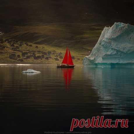 Алые паруса на фоне заброшенного поселка на острове Диско в Западной Гренландии сфотографировал Владимир Кушнарёв: