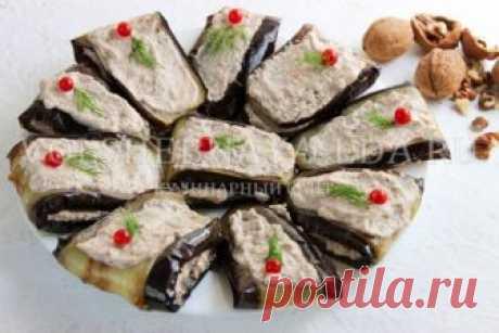 Баклажаны с орехами по-грузински Очень вкусный рецепт баклажанов с орехами по-грузински. Синенькие нарезаются полосками-«язычками», обжариваются, а затем заправляются пастой из грецкого ореха, пассерованного лука, специй, чеснока и винного уксуса. Закуска настаивается ночь в холодильнике, пропитывается ореховой заправкой и подается в холодном виде. Это блюдо покорит всех любителей грузинской кухни!