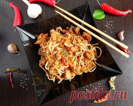 3 рецепта китайской кухни, которые можно приготовить дома - Tabulo.ru - Онлайн-журнал - медиаплатформа МирТесен Лапша по-китайски Для приготовления лапшу понадобятся: 300 гр. куриного мяса, 1 упаковка яичной лапши, 2 болгарских перца, 1 репчатый лук, помидор, чайная ложка мёда, имбирь, 3 зубчика чеснока, соевый соус и растительное масло. Для начала нужно нарезать мясо длинными полосками, примерно по 1 см. в