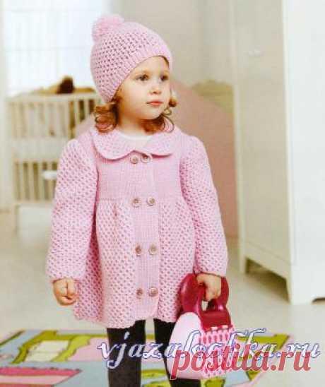 Розовое пальто для девочки спицами узором «Соты»