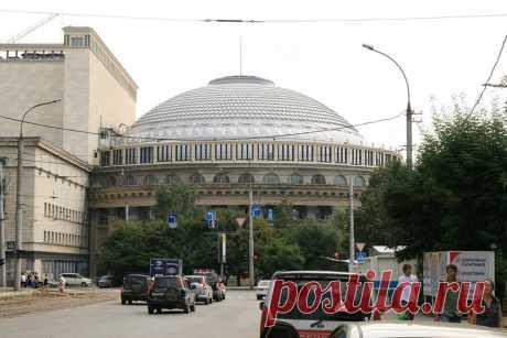 Жители Новосибирска называют свой театр «Сибирским Колизеем». Все дело в размерах – он состоит из шести корпусов, большой зал вмещает чуть менее 1800 зрителей, а общая площадь помещений составляет 40 000 кв. м. Театр считается крупнейшим театральным зданием России.
