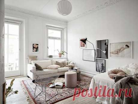 Нежный и воздушный интерьер маленькой квартиры для девушки (38 кв. м) Перед нами прекрасный пример оформления небольшой однокомнатной квартиры для девушки, предложенный скандинавскими дизайнерами. Интерьер практически полностью белый, но благодаря удачно подобранным еле...