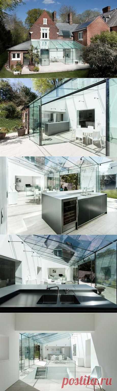 Современная пристройка из стекла к старому дому