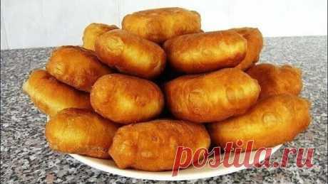 У нас дома, такие пирожки не успевают остыть — их сметают с тарелки!  Тесто:  1. Мука — 900 гр 2. Кефир — 500 мл 3. Сахар — 2 ст. ложки 4. Соль — 1 ч. ложка 5. Яйцо куриное — 2 шт 6. Маргарин растопленный — 100 гр 7. Сухие дрожжи — 9 гр 8. Масло для жарки  Начинка: 1 Вариант: Картофельное пюре + жареный лук + соль, перец  2 Вариант: Жареная капуста + лук, укроп + 2 ст.ложки томатного сока + соль, перец.  Как приготовить вкусные пирожки:  Кефир нагреваем до 36 градусов, добавл