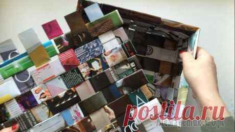 Плетеный короб из журнальных полосок В этом мастер-классе я показываю, как быстро сделать плетеную коробку из журналов. Такой способ можно применить и к газетам, вот только плотность коробки будет меньше, а вместо клея воспользоваться ст...