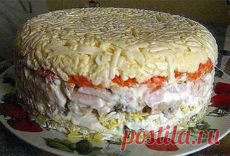 Слоёный салат с грибами. Состав: картофель 2 шт. яйцо 4 шт. шампиньоны (замаринованные) 16 шт ветчина 200 — 250 гр. морковь 2 шт. сырок плавленный 2 шт. зелёный лук пучок майонез Приготовление: Отварить картофель, яйца, морковь. Выкладывать слоями: — картофель + майонез — мелко нарезанный зелёный лук — яйца, натёртые на крупной терке + майонез — грибы + майонез — ветчина порезанная кубиками + майонез — морковь, натёртая на крупной терке + майонез — плавленный сырок + майонез Поставить салат