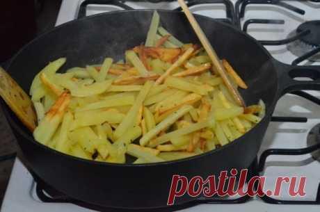 Почему картошка прилипает к сковороде при жарке: как правильно готовить