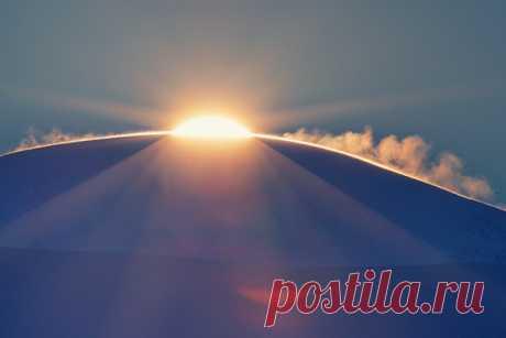 Восход над хребтом Сутай-Ула, Монголия. Автор фото — Светлана Казина: nat-geo.ru/photo/user/30896 Доброе утро!