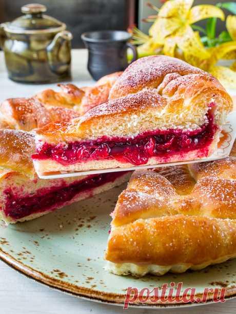 Вишневый пирог на дрожжевом тесте на Вкусном Блоге В этом году у мамы случился невероятный урожай вишни. Я уже закатала компот, варенье, джем, сироп, поставила вишневую наливку и заморозила полведра ягод. Но вишня не заканчивается. Поэтому ловите первый из серии вишневых рецептов на этой неделе – прекрасный вишневый пирог 🙂 Я выпекала его в низкой форме для тарта,…