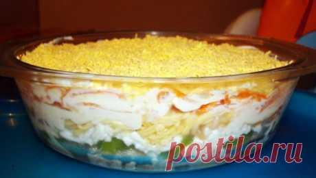 салат слоенный из филе курицы, киви, яиц, яблока, сыра, корейской моркови.   Расход продуктов на одну большую салатницу.