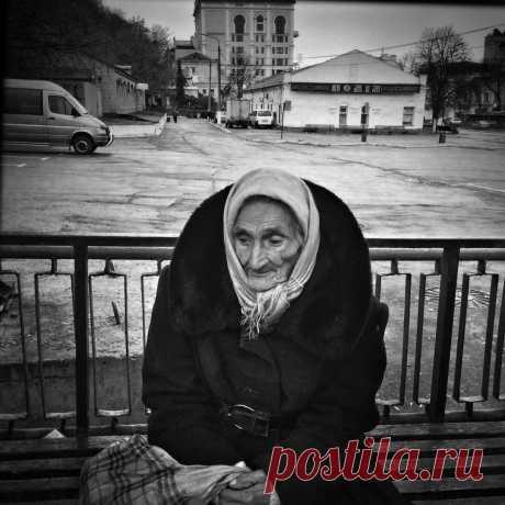 Анна Петровна сидела в больничном сквере на лавочке и плакала. Сегодня ей исполнилось 70, но ни сын ни дочь не приехали, не поздравили.    Правда соседка по палате, Евгения Сергеевна, поздравили и даже подарила ей небольшой подарок. Да ещё санитарочка Маша яблоком в честь дня рождения угостила. Пансионат был приличный, но персонал в целом был равнодушным.    Конечно, все знали, что сюда стариков привозили доживать свой век дети, которым они становились в тягость. И Анну Пе...