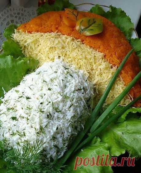 Ингредиенты: - Куринная грудка-2 шт(800гр), - шампиньоны 600-700гр, - 6 шт яиц варенных. - 2-3 луковицы репчатых, среднего размера, - 2-3 моркови средних, - сыр твёрдый 100гр, - майонез, - специи (карри), - зелень.
