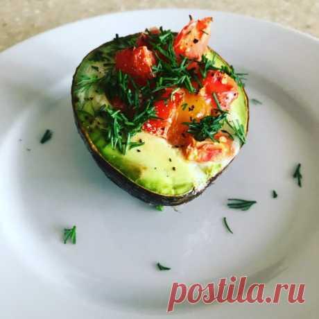 Кето-завтрак: запеченное авокадо с яйцом
