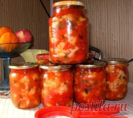 Салат из цветной капусты с помидорами и сладким перцем.  Нам нужно:  • капуста цветная – 2 кг  • помидоры – 1 кг • болгарский перец – 500 г • петрушка • растительное масло – 1 стакан • сахар – 5 ст. л (без верха) • соль – 4 ст. л (без верха) • уксус 9% – 100 мл Приготовление: Цветную капусту разобрать на мелкие соцветия и промыть (я разбираю на средние соцветия). Капусту бланшировать в кипящей воде 3 минуты, затем сразу облить холодной водой. Помидоры вымыть и нарезать дол...