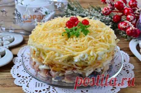 """Новогодний салат """"Селедка под снегом""""    Если вы любите классический салат """"Селедка под шубой"""", но хотите как-то разнообразит его, то советую рецепт, как приготовить новогодний салат """"Селедка под снегом"""". Получится вкусно и празднично!  Э…"""