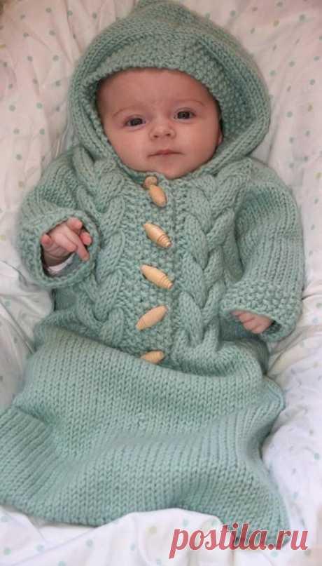 Конверт для выписки новорожденного можно связать своими руками. В этом уроке вы узнаете, как вяжутся теплые конверты спицами, а также красивые пледы для малышей