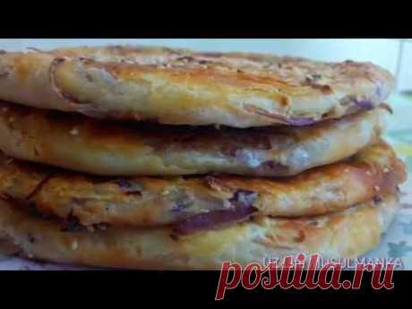 Слоёные лепёшки с луком Ингредиенты 500гр - мука1ст.л - соль 1ст.л- дрожжи 1,5 ст- вода Для начинки Лук-4шт1ст.л- сольЧер перец по вкусу