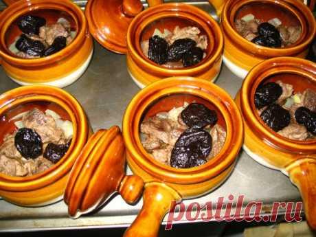 Болгарская кухня. Картошка тушенная со свининой и черносливом.