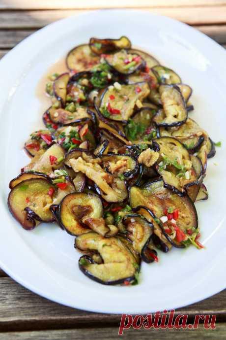 Scharfer Thai-Auberginen-Salat mit Koriander