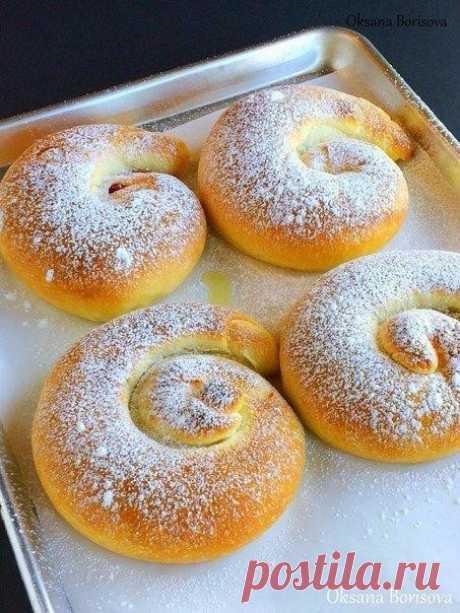 Испанские булочки.  Ингредиенты:  Для теста: Мука — 300 г Сухие дрожжи — 1 ч. л. Соль — 1/2 ч. л. Сахар — 1/4 стакана Яйцо — 1 шт. Растительное масло — 2 ст. л. Теплая вода — 120 мл  Отдельно: 100 г сливочного масла, очень мягкого начинка по вкусу (консервированная вишня; тертая тыква+сахар+корица; яблоки) сахарная пудра  Приготовление:  1. В чаше для миксера соедините муку, дрожжи, соль, сахар и перемешайте. Добавьте остальные ингредиенты, перемешайте ложкой, а затем наса...